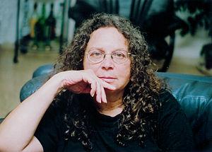 """ד""""ר אראלה שדמי היא פעילה חברתית-פמיניסטית וסוציולוגית ישראלית, העוסקת במגוון תחומים, ביניהם משטרת ישראל; ד""""ר פנחס יחזקאלי הוא העורך הראשי של אתר 'ייצור ידע'"""