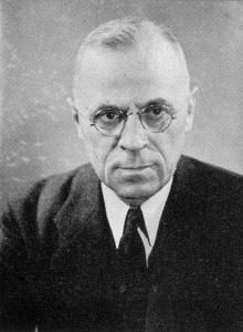 את המונח 'צווארון לבן' טבע לראשונה הסוציולוג האמריקאי אדווין סאתרלנד(בתמונה) בשנת 1939. הוא התייחס לעבריין הצווארון הלבן כאל אדם בעל סטטוס חברתי גבוה, הנחשב למכובד בקהילה, ומבצע את העבירה במסגרת עיסוקו (Sutherland, 1949) . מאוחר יותר הייתה ביקורת על הגדרתו של סאתרלנד. מבקריו טענו כי יש להגדיר את עבירות הצווארון הלבן במונחים של הפרת חוקים ולא על פי הסטאטוס של מבצע העבירה, היו שטענו שיש להגדיר פשיעה זו כפגיעה באמון ולבסס את ההגדרה על העבירה ולא על העבריין. אנו מאמינים שאנו עושים בתמונה שימוש נאות]