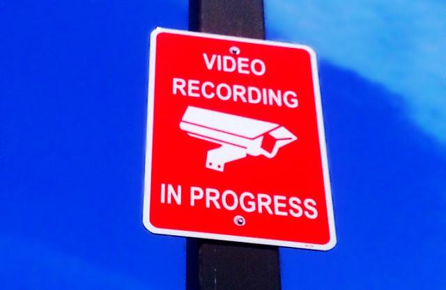 [בתמונה: זהירות, מקליטים... תמונה חופשית שהועלתה על ידי Mike Mozart לאתר flickr]