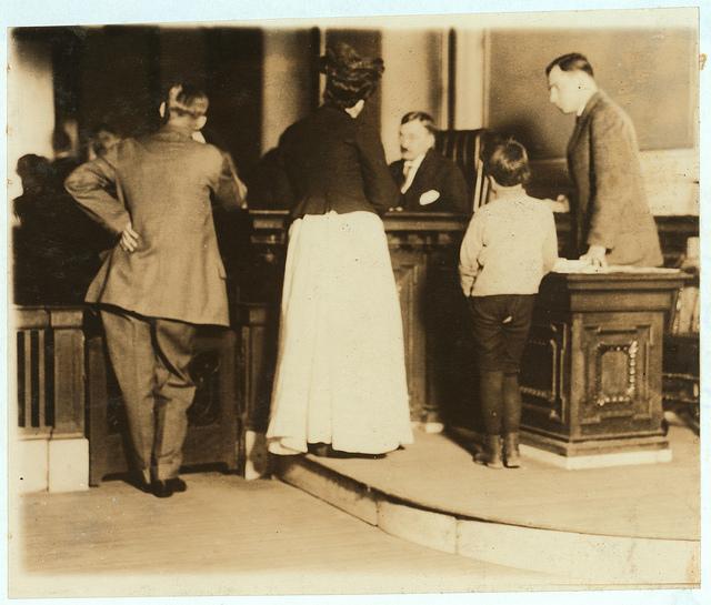 [בתמונה: בית משפט לנוער בסנט לואיס, מיזורי, שופט ילד בן 8, ה- 5 במאי 1910... תמונה חופשית שהועלתה על ידי Children's Bureau Centen לאתר flickr]