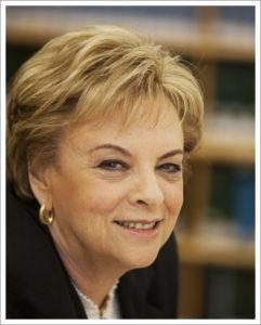 [תמונתה של כב' השופטת בייניש נוצרה והועלתה לויקיפדיה על ידי הרשות השופטת של ישראל. קובץ זה הוא בעל רישיון Creative Commons להפצה, תחת רישיון זהה, גרסה: CC BY-SA 4.0]