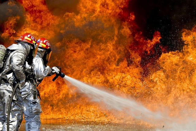 """[בתמונה: """"אלפי הצתות בשדות, ביערות, בבתים ולאורך הכבישים הדליקו אש גדולה..."""". התמונה המקורית היא תמונה חופשית - CC0 Creative Commons - שעוצבה והועלתה על ידי 12019 לאתר Pixabay]"""