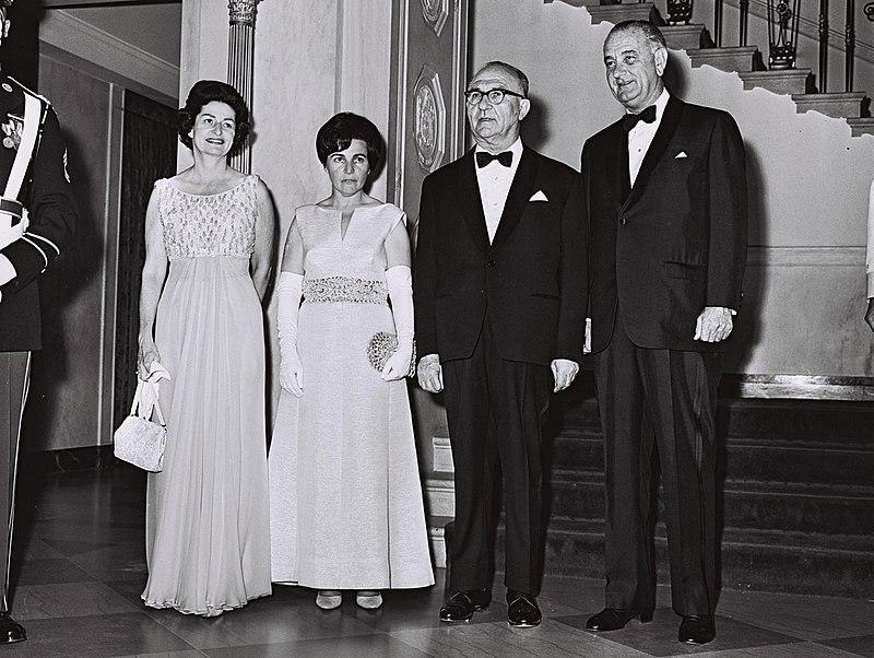 [בתמונה: לוי אשכולואשתו מרים עם הנשיאלינדון ג'ונסוןורעייתו,ליידי בירד, בארוחת ערב ממלכתית לכבוד ביקור ראש ממשלת ישראל בארצות הברית, יוני 1964. התמונה היא נחלת הכלל]