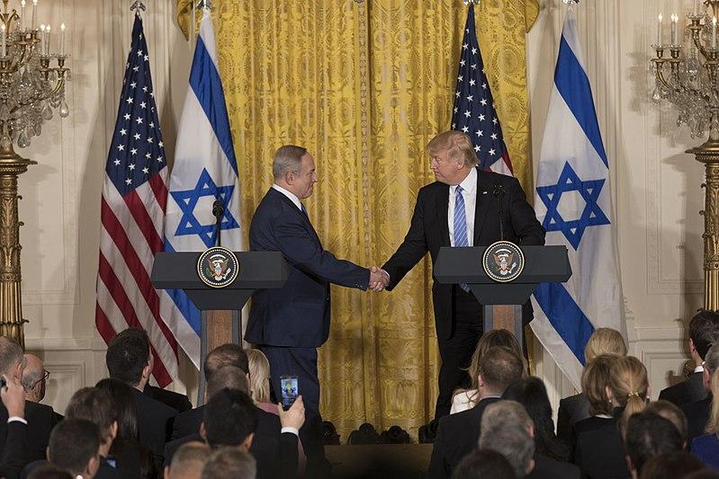 [ראש ממשלת ישראל, בנימין נתניהו והנשיא טראמפ במהלך ביקורו של נתניהו בבית הלבן, פברואר 2017. התמונה היא נחלת הכלל]