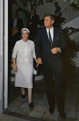 [בתמונה: נשיא ארצות הבריתג'ון פ' קנדי, שיזם את ביסוס הקשרים הביטחוניים עם ישראל, נפגש עם שרת החוץגולדה מאיר, 27 בדצמבר 1962. התמונה היא נחלת הכלל]
