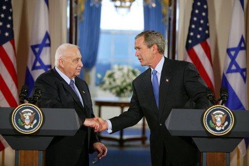 [בתמונה משמאל: ראש ממשלת ישראלאריאל שרוןבמהלך פגישה עם הנשיאג'ורג' ווקר בוש. התמונה היא נחלת הכלל]