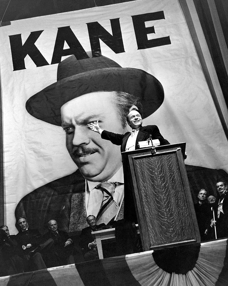 [בתמונה: אורסון וולס בסרט, בתפקיד צ'ארלס פוסטר קיין - גיבורו בסרט האזרח קיין.התמונה היא נחלת הכלל]