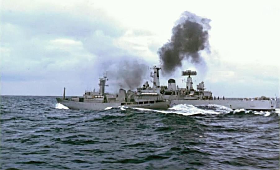 [בתמונה: ספינת הסיור האיסלנדית ICGV Óðinn והפריגטה הבריטית HMS Scylla מתנגשות באוקיינוס האטלנטי הצפוני. התמונה נוצרה והועלתה לויקיפדיה על ידי Issac Newton-www.hmsbacchante.co.uk. קובץ זה הוא בעל רישיון Creative Commons להפצה, תחת רישיון זהה, גרסה: CC BY-SA 2.5]