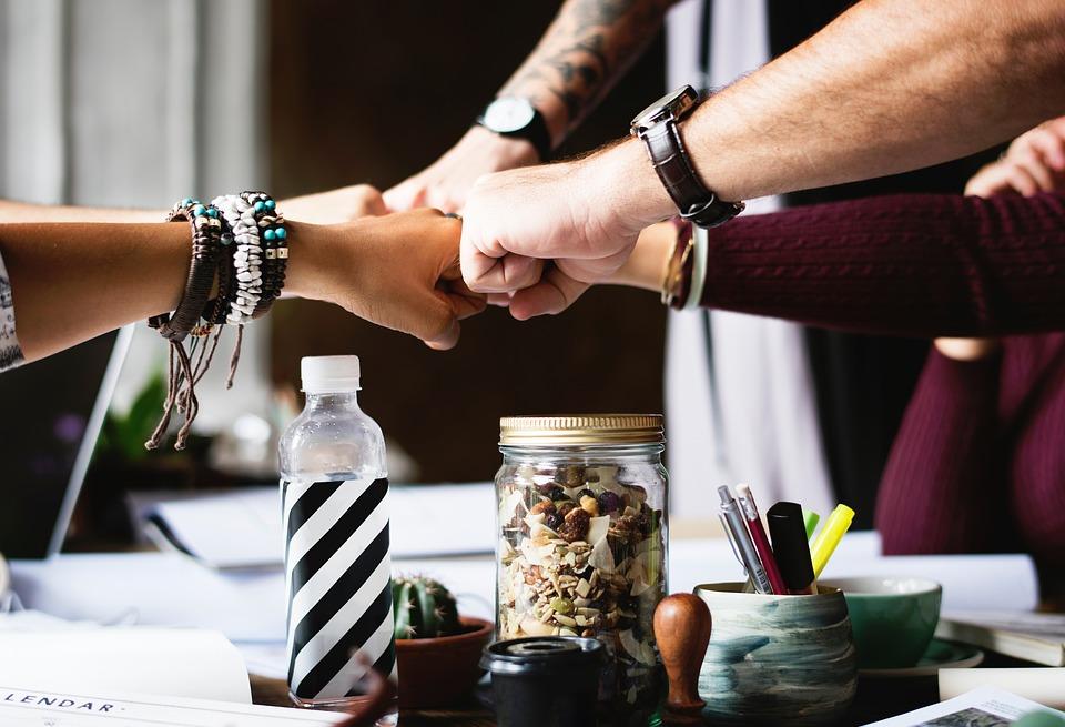 [בתמונה: תיעדנו את הקשר בין צוותי מכירה קוהרנטיים לבין ביצועים בכל התעשיות, כגון פארמה, ייצור ושירותים מקצועיים. המסקנה תמיד אחת: צוות מכירות קוהרנטי מצליח הוא כזה, שמשתף ידע ומידע, עוזר איש לרעהו ומשתף פעולה בצורה טובה יותר... תמונה חופשית - CC0 Creative Commons - שעוצבה והועלתה על ידי StockSnap לאתר Pixabay]