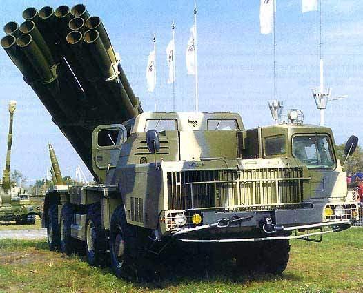 """[בתמונה: בתמונה מערכתהסמרש הרוסית לשיגור מטחי טילים מדויקים כבדים לטווח של עד 120 ק""""מ. המערכת הזו נחשבת למערכת הלחימה היבשתית העצמתית בעולם. התמונה: היצרן]"""